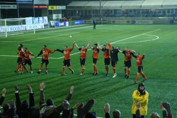 Feest FC Volendam na de bloedstollende overwinning in Apeldoorn