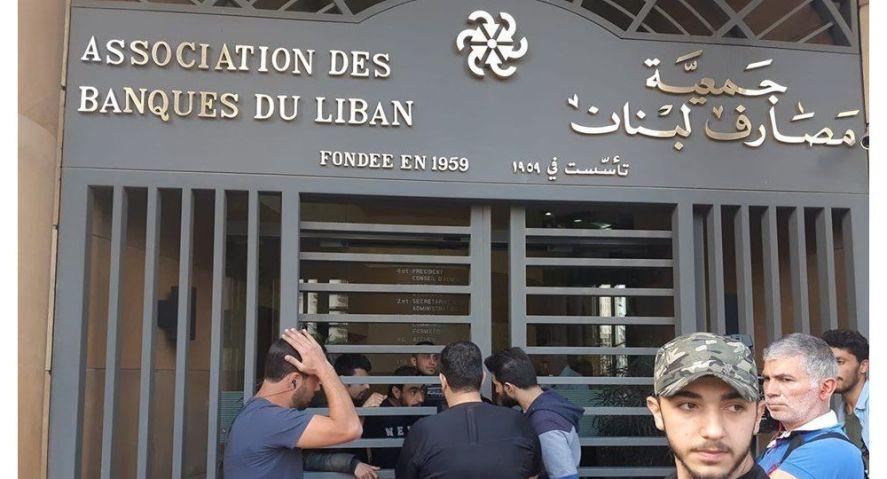 """لبنان - البنوك اللبنانية تغلق حسابات مئات السوريين لديها.. ما علاقة قانون """"قيصر""""؟"""