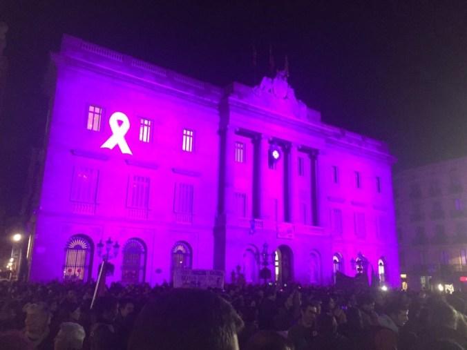 Fachada del ayuntamiento de Barcelona iluminada con motivo del 25N