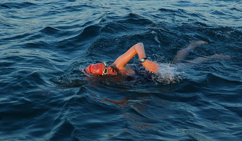 Jessica Hepburn swims the English Channel