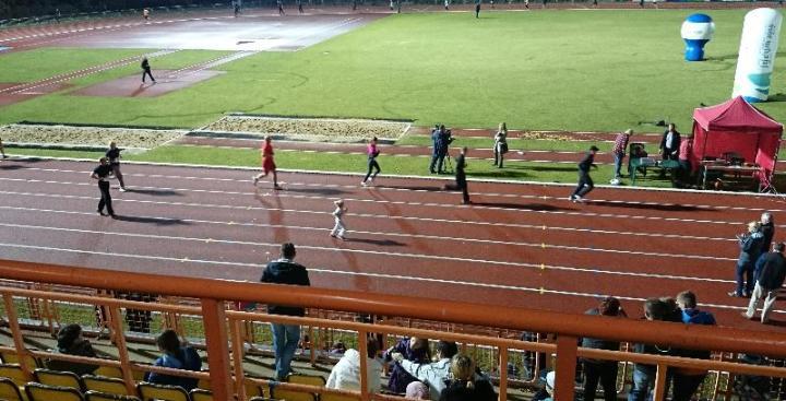 najmłodsza biegaczka nocne bieganie na stadionie