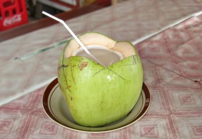 woda kokosowa prosto z kokosa