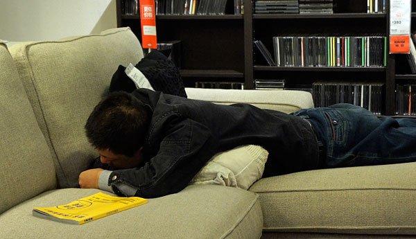 mężczyzna śpiący w ikei