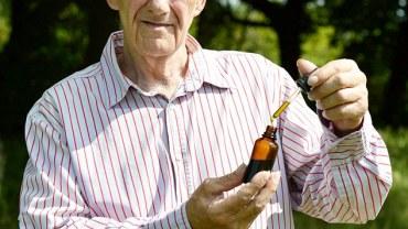 Mężczyzna wyleczył powracającego raka, używając… oleju z konopi!