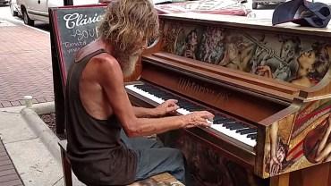 """Bezdomny wykonał piękną interpretacje """"Come Sail Awey""""  na postawionym na ulicy fortepianie i szturmem podbił internet. Sami zobaczcie!"""