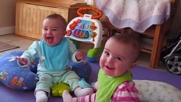 Uśmiech na twarzach tych dziewczynek jest bezcenny, gdy widzą ojca!