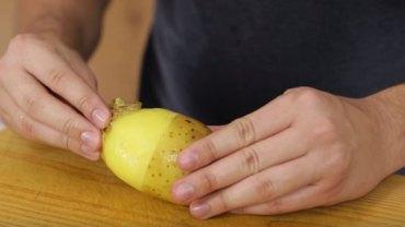Niezawodny sposób na szybkie obieranie ziemniaków. Zobacz, jakie to proste!