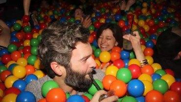 Impreza w barze pełnym kolorowych piłeczek to najnowszy hit za oceanem. My też tak chcemy!
