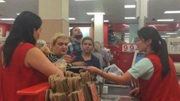Klientka zaczęła awanturować się i poniżać kasjerkę. Zobaczcie, jak fantastycznie zareagował kierownik sklepu