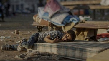 Wojna zmienia dzieciństwo w piekło. Zobaczcie poruszające zdjęcia syryjskich dzieci, które uciekły przed wojenną pożogą