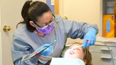 Dentysta musiał trzyletniemu chłopcu usunąć aż 11 zębów! Wszystkiemu winna jest nieodpowiedzialna matka