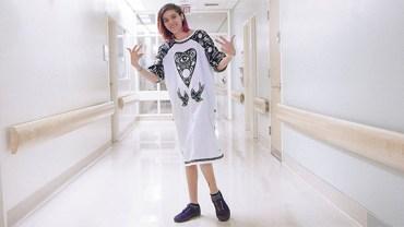 Fundacja postanowiła zmienić bezosobowe szpitalne koszule w ciuchy z charakterem. Chore dzieci są zachwycone!