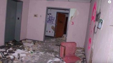 Fotograf robił zdjęcia w opuszczonym szpitalu, gdy nagle usłyszał przerażający pisk i płacz… Do kogo należał?