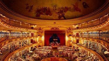 Ta księgarnia przyciąga klientów nie tylko swą ofertą, ale przede wszystkim unikalnym klimatem, gdyż powstała w dawnym teatrze
