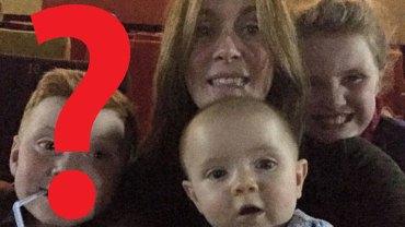 W sali zabytkowego kina kobieta robi sobie zdjęcie z dziećmi, ale na fotografii pojawia się ktoś jeszcze…