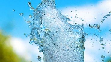 Zanurz twarz w misce z wodą gazowaną. Ten japoński sposób na piękną skórę podbija świat!