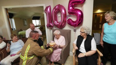"""""""Gorący wytatuowany strażak"""" – takie było marzenie tej 105-letniej babci. Czy się ziściło? Zdziwisz się, ale tak!"""