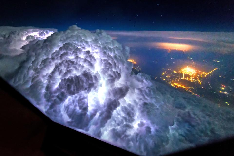 Pilot pokazał światu, co dostrzegł z kokpitu samolotu. Piękne i przerażające jednocześnie