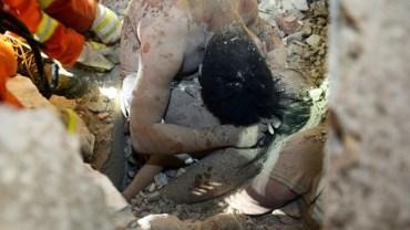 Spod gruzów chińskiego budynku wyciągnięto dziecko. Ocalało dzięki ojcu, który okrył je swoim ciałem