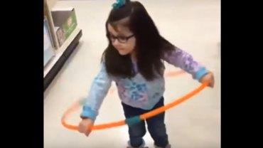 Dzieci robiące coś po raz pierwszy w życiu często wyglądają przy tym dość śmieszne, ale ta dziewczynka z hula-hop pobiła wszystkich