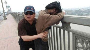 Chen Si od 13 lat poświęca każdy swój weekend, by patrolować most samobójców w Nanjing. Jego czujność uratowała już ponad 300 osób!