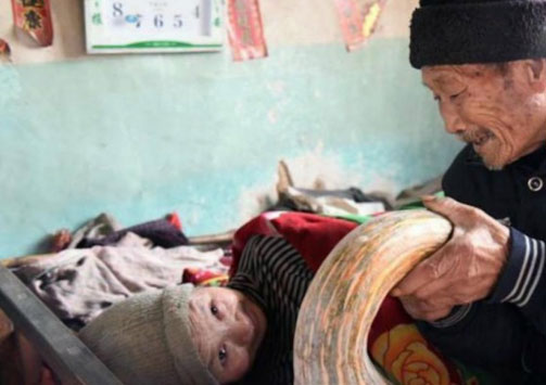 A few months after the wedding Zhou was paralyzed. Her young husband dropped everything to take care of her, and despite the difficult situation, he has been doing this for... 56 years! 3