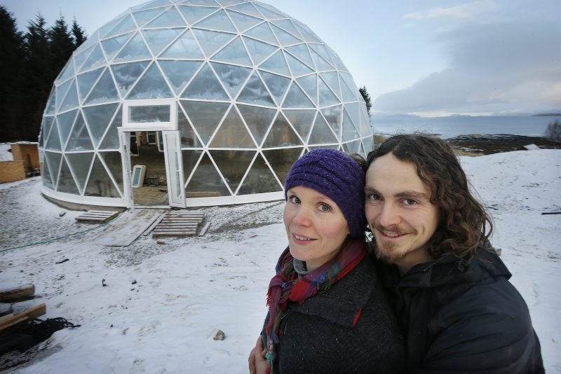 They live in the Arctic Circle in this glass house. Anyone who passes by it, falls into disbelief! 2