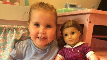 Harmonie dostała pokiereszowaną lalkę bez rąk i nóg, ale dla niej była to najpiękniejsza lalka świata. Powód zachwytu dziewczynki nad zabawką łamie serce
