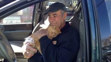 Ten mężczyzna od 22 lat dokarmia bezpańskie koty. Przez ten czas nie opuścił ani dnia!