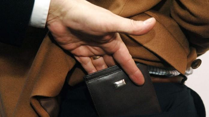Poznaj najczęściej stosowane przez złodziei sztuczki i nigdy nie daj się okraść! Twoje bezpieczeństwo zależy też od twojej czujności!