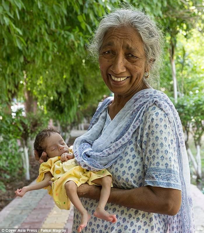 """""""Macierzyństwo jest trudniejsze niż myślałam"""" - mówi Daldzhinder Kaur, która swoje pierwsze dziecko urodziła w wieku... 72 lat!"""