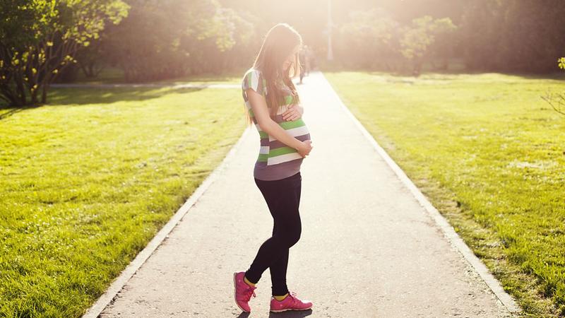 Nastolatki robią straszne rzeczy, aby urodzić małe dzieci! Czy ktoś wreszcie przemówi im do rozsądku?