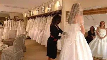 Dwie kobiety upokorzy w sklepie pannę młodą mierzącą swoją suknię. Na reakcję ekspedientki nie trzeba było długo czekać