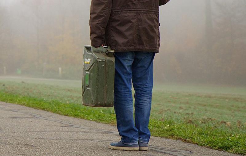 Chciał ukraść paliwo z autobusu. Gdy pociągnął za wężyk, zrozumiał, że popełnił największy błąd w życiu!