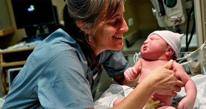 Oto noworodek, który już w kilka minut po narodzinach chciał chodzić! Na szczęście położne nagrały ten niecodzienny przypadek