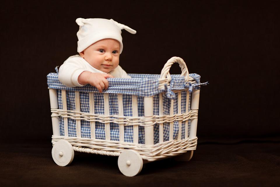 Para wynajęła kobietę, aby urodziła im dziecko. Niedługo potem jej brzuch zaczął zaskakująco szybko rosnąć....