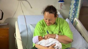 Christine nie miała pojęcia, że jest w ciąży. Oprzytomniała, dopiero gdy nagle zaczęła rodzić na środku chodnika!