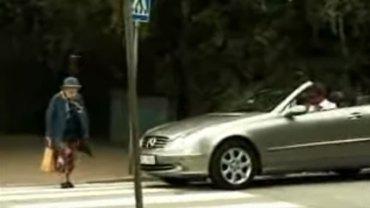 Kierowca z luksusowego kabrioletu trąbił na staruszkę, która wolno przechodziła przez jezdnię. Seniorka w sekundę dała mu nauczkę