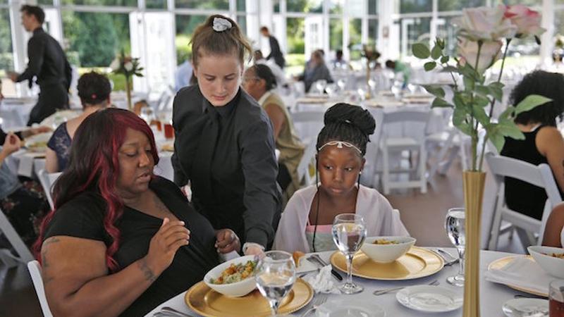 Oszczędzała dwa lata na wymarzony ślub. Kiedy tuż przed weselem przeżyła fatalne rozczarowanie związkiem, nie odwołała ceremonii, lecz zaprosiła na nią 170 bezdomnych!