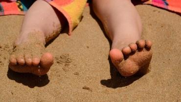 Ojciec pokazał, w jak genialnie prosty sposób, pozbyć się mokrego piasku ze stóp dziecka