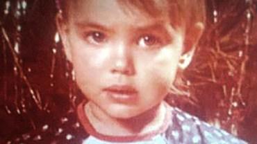 Z biednej i zakompleksionej dziewczynki stała się gwiazdą światowych wybiegów. Nie uwierzysz, kim faktycznie jest to smutne dziecko!
