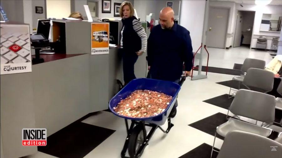 Wjechał do urzędu skarbowego 5 taczkami wypełnionymi pieniędzmi! Drobnymi monetami chciał zapłacić podatek w wysokości 3 tysięcy dolarów