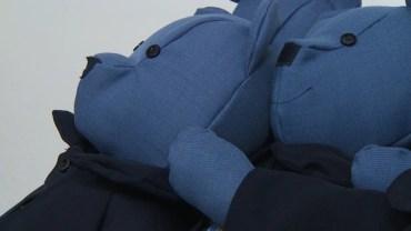 Policja musiała się pozbyć 150 starych mundurów. Zamiast je spalić, czy wyrzucić oddano je Evie, która wyczarowała z nich urocze maskotki