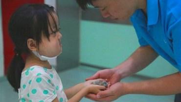 Umierająca 7-latka wręczyła ojcu coś, co przyczyniło się do uratowania życia jej siostry. Ta historia topi serca internautów!