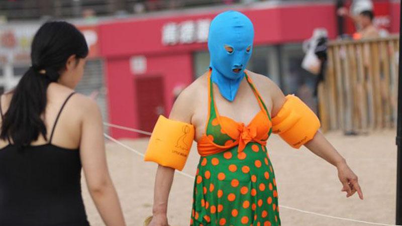 """Wrażliwi na wysokie temperatury Chińczycy, wymyślili, jak chronić skórę twarzy przed słońcem. Powitajce """"facekini"""", bikini zakładane na buzię!"""