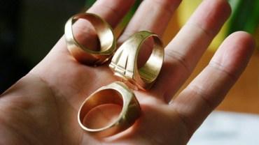 Gdy ktoś będzie ci próbował wcisnąć taki pierścionek, uciekaj, gdzie pieprz rośnie! Nie daj się zwieść tak jak setki poszkodowanych ludzi