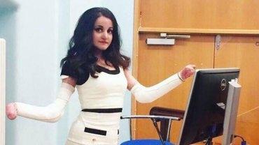 """Choć choroba odebrała jej dłonie, to nie zamierza być szarą myszką. Poznajcie Pyrę Ali, kobietę ze """"skórą motyla"""""""