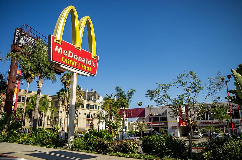 Naukowcy sprawdzili, co dzieje się z organizmem człowieka przez godzinę po zjedzeniu kanapki Big Mac. Niestety nic dobrego...