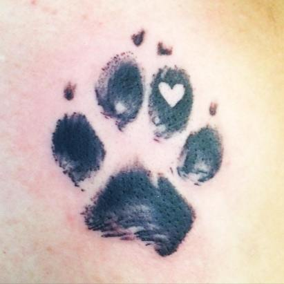 Chłopak zrobił sobie taki sam tatuaż, jaki ma jego pies. Nie miał pojęcia, co oznacza, teraz śmieje się z niego cały internet