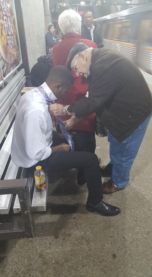 Zawiązanie krawata stanowiło dla młodego mężczyzny nie lada wyzwanie. Wtedy zjawił się staruszek i wybawił go z kłopotów. Prawdziwy dżentelmen!